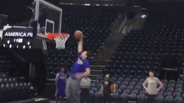 kevin durant and klay thompson lose dunking bet with assistant coach
