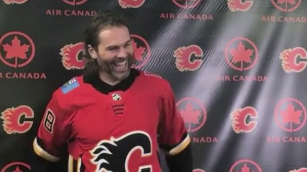 detailed look 8e602 f8d52 Jaromir Jagr rocks his Calgary Flames jersey for the first ...