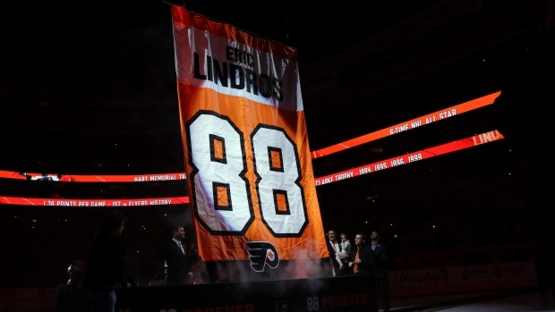 reputable site fa968 81027 Flyers raise Eric Lindros' No. 88 to the rafters in ...